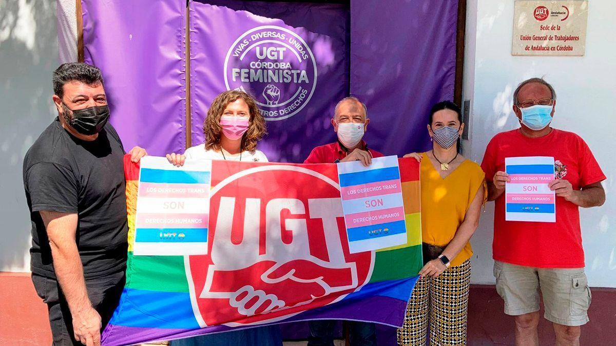 Integrantes de UGT con la bandera LGTBI.