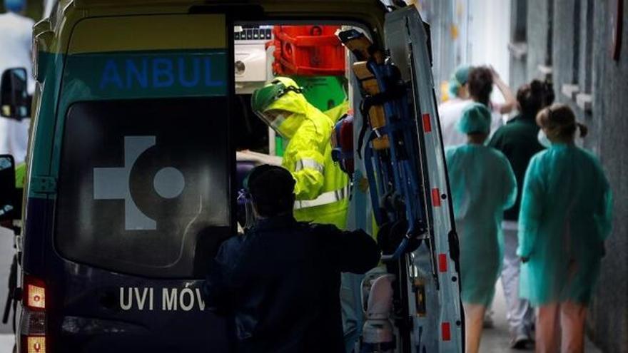 Imagen de archivo de una ambulancia en el Hospital Donostia. EFE