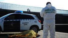 Un cuerpo de un hombre de origen subsahariano reposa en el puerto de Tarifa. Este fin de semana han fallecido al menos 7 personas en el Estrecho.