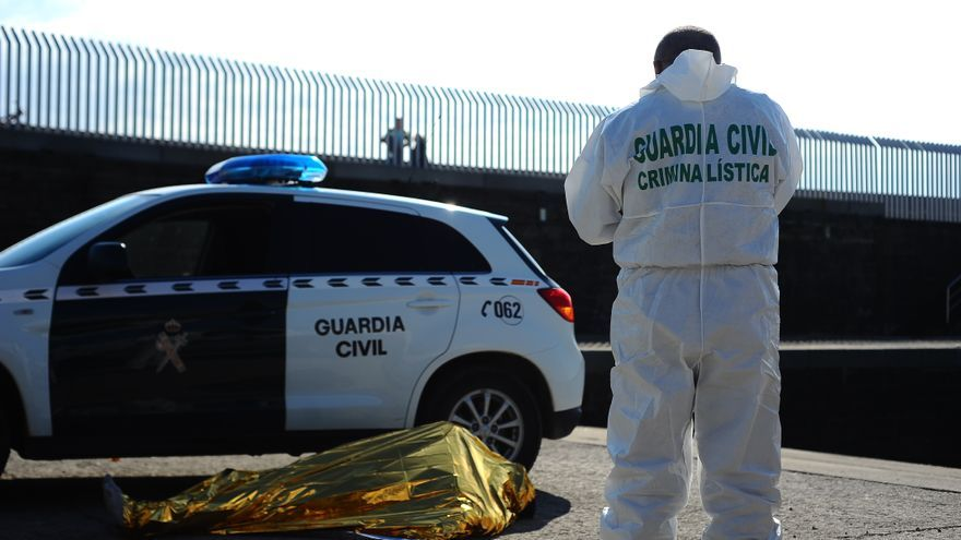 Imagen de archivo. Un cuerpo de un hombre de origen subsahariano reposa en el puerto de Tarifa. | Foto: Miguel Pachón