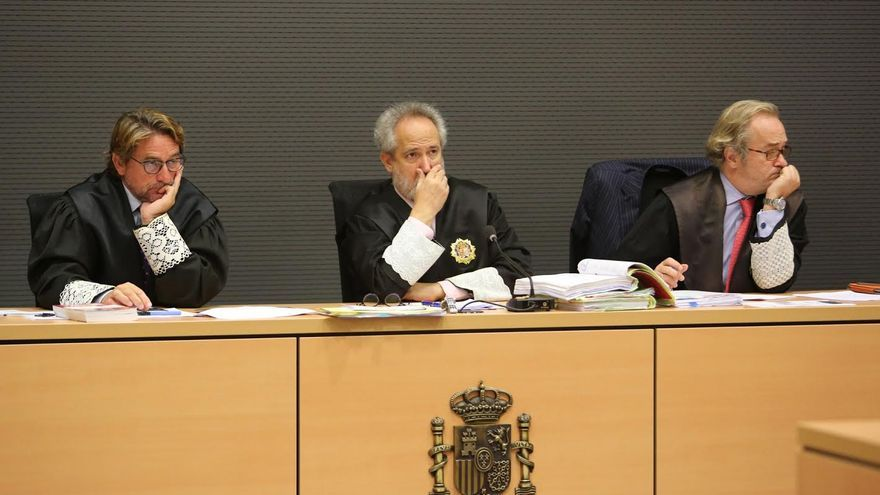 El juez Salvador Alba, junto a sus compañeros de la Sección Sexta Emilio Moya y Carlos Vielba. (ALEJANDRO RAMOS)