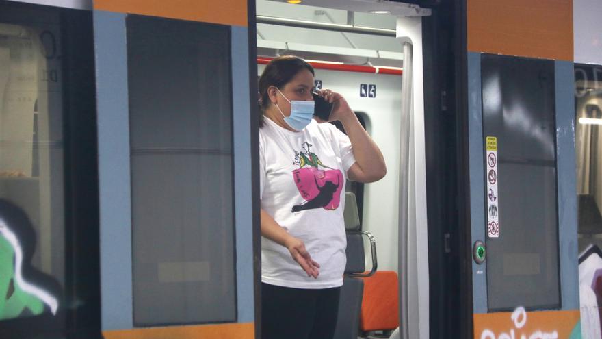 Una usuaria del Cercanías espera a que se retome la actividad de los trenes