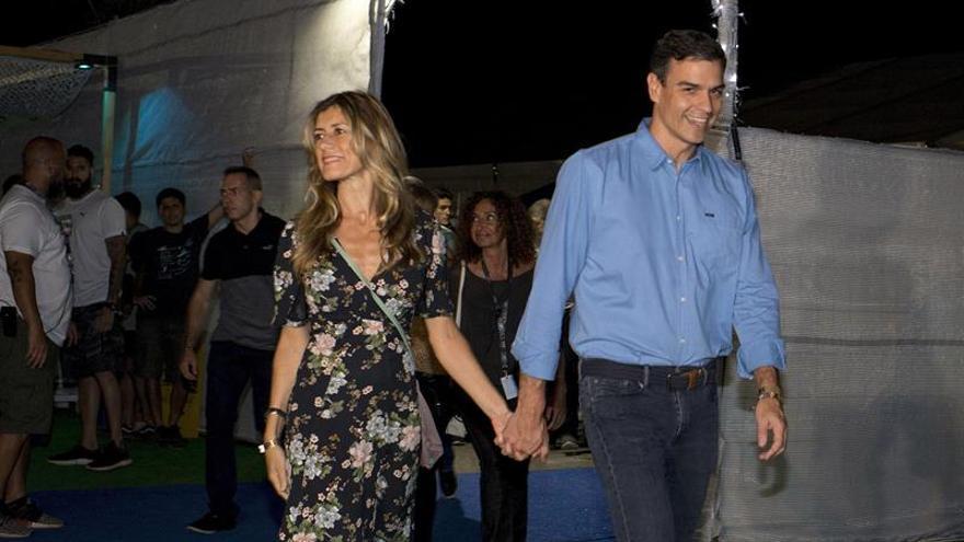 El presidente del Gobierno, Pedro Sánchez y su esposa a su llegada al concierto que la banda estadounidense The Killers