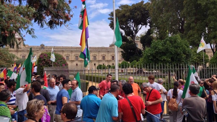 Integrantes de las Marchas de la Dignidad frente al Parlamento de Andalucía. / FOTO: Marchas Dignidad Córdoba