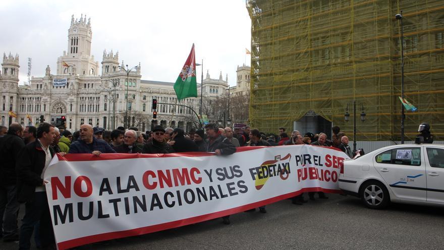 Protesta de los taxistas en Madrid contra la CNMC el 18 de febrero de 2015.