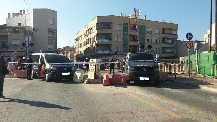 Vecinos de Murcia protestan en un paso a nivel por las pantallas que separan las vías en las obras del AVE