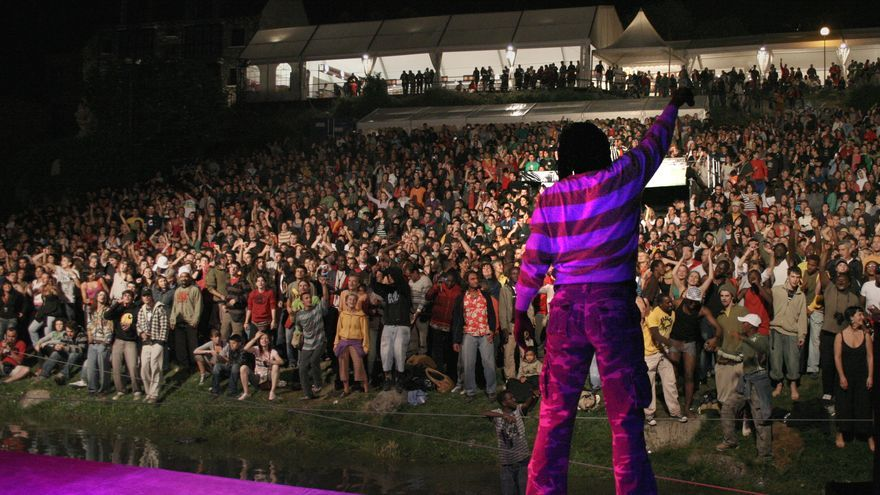 Alpha Blondy sobre el escenario de Pirineos Sur, durante su actuación en 2008.