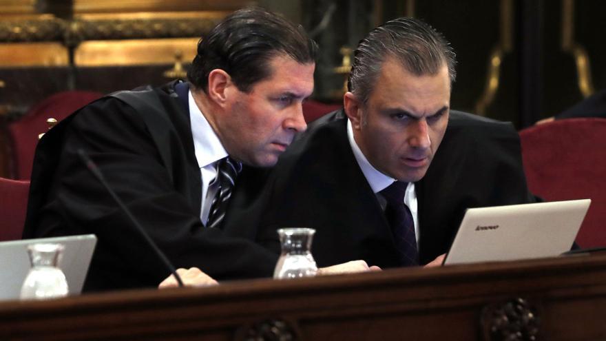 Pedro Fernández y Javier Ortega Smith, número dos de Vox, en la sala como representantes de la acusación popular.