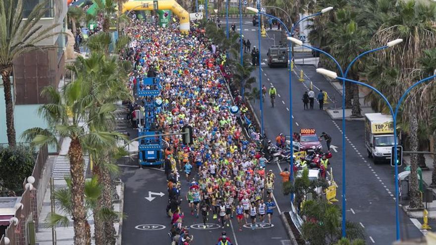 Momento de la salida del Maratón de Gran Canaria, patrocinada por CajaSiete, en la que cerca de 15.000 atletas han participado en las distintas modalidades de esta nueva edición. EFE/Quique Curbelo