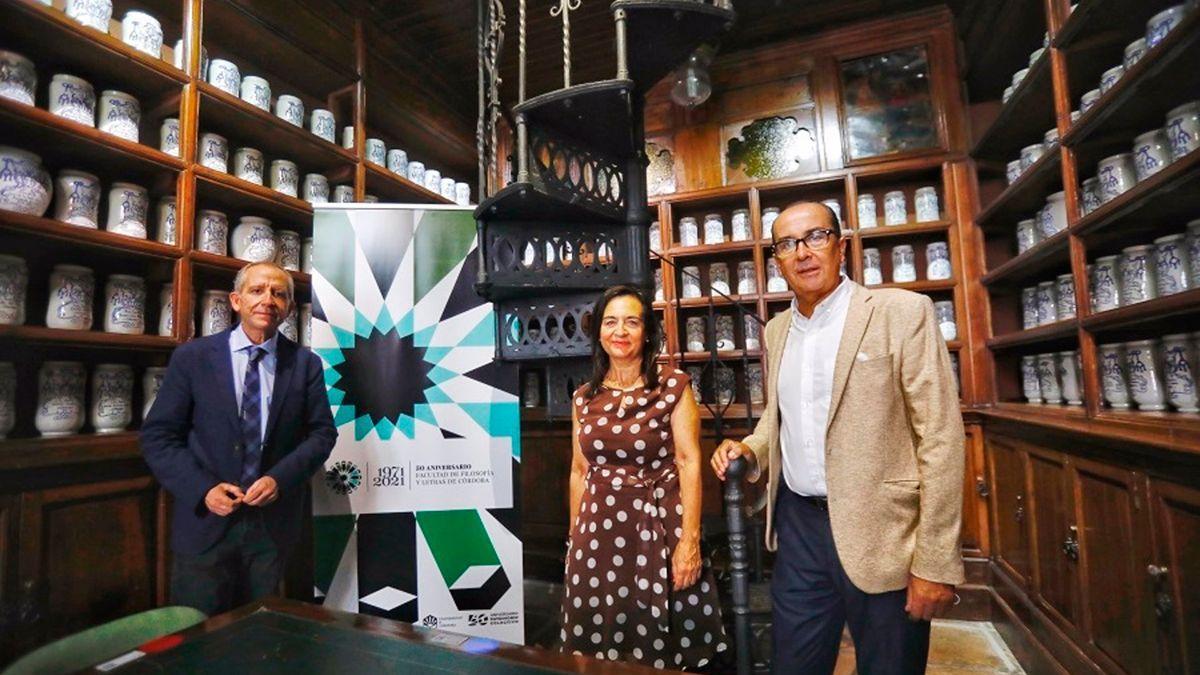 Ricardo Córdoba, Manuela Álvarez y José Álvarez en la 'Botica' de la Facultad de Filosofía y Letras.