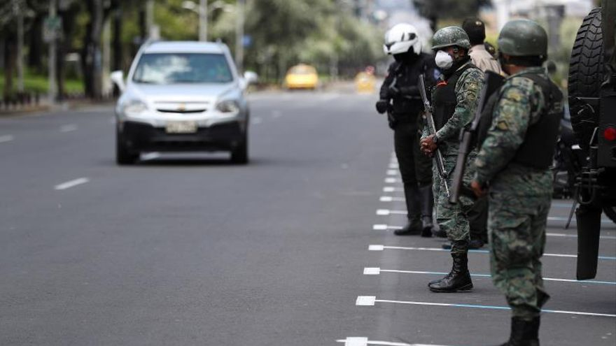 Militares del Ejército de Ecuador patrullan las calles por la cuarentena decretada por el presidente de Ecuador Lenin Moreno.