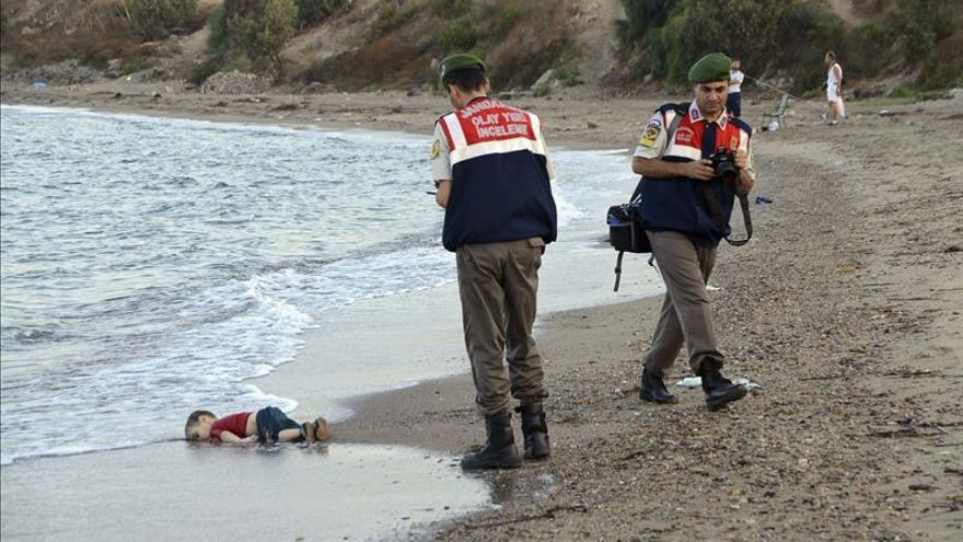 2 de septiembre de 2015. Dos policías turcos trabajan junto al cuerpo sin vida de Aylan Kurdi, un niño refugiado ahogado, en la costa del pueblo de Bodrum, Mugla, Turquía.