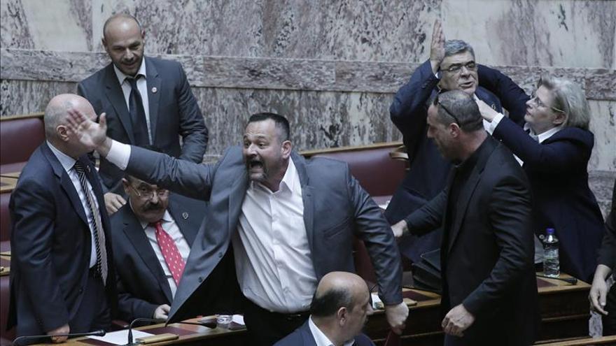El Parlamento griego levanta la inmunidad al líder y los diputados de Amanecer Dorado