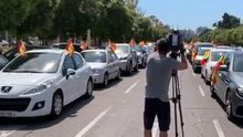 El paseo de la Alameda lleno de coches con banderas de España