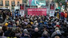 """Cientos de personas siguen en la calle la declaración de Cuixart: """"Esta pantalla tendría que estar en Madrid"""""""