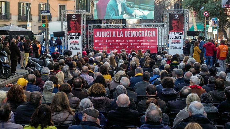 Cientos de personas siguen la declaración de Cuixart ante el Supremo