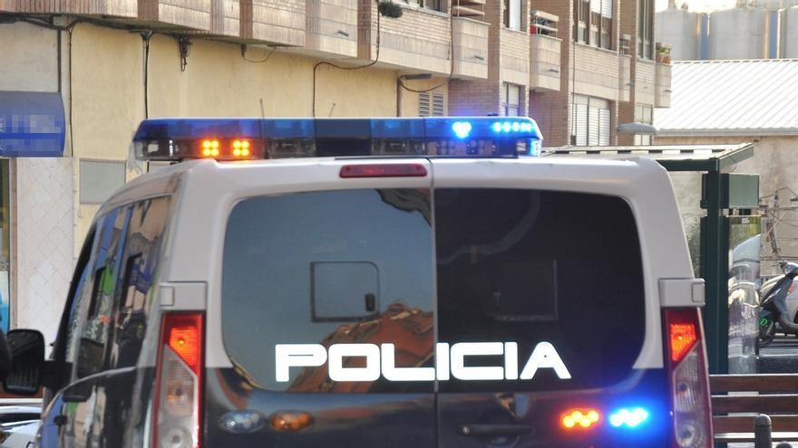 Un detenido en Torrelavega por incendiar un piso con gasolina, que también arrojó a policías