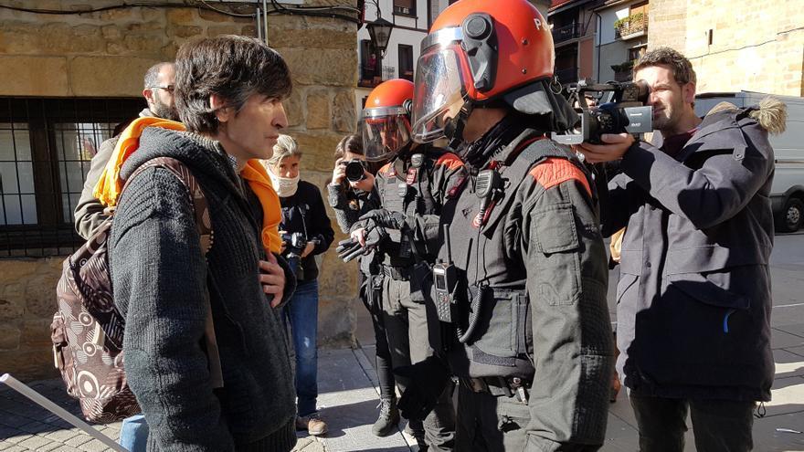 Momento de tensión entre la Policía Foral y un simpatizante de España Ciudadana en Alsasua.