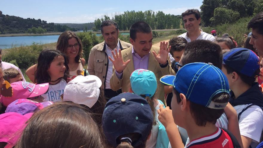 El consejero Francisco Martínez Arroyo, con niños en Ruidera / JCCM