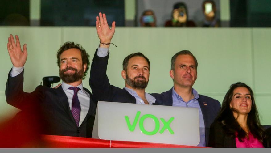 El número tres de Vox al Congreso por Madrid, Iván Espinosa de los Monteros; el candidato de Vox a la Presidencia del Gobierno y presidente del partido, Santiago Abascal; el número dos de Vox al Congreso por Madrid, Javier Ortega Smith; y la presidenta de Vox Madrid, Rocío Monasterio, celebran los buenos resultados obtenidos