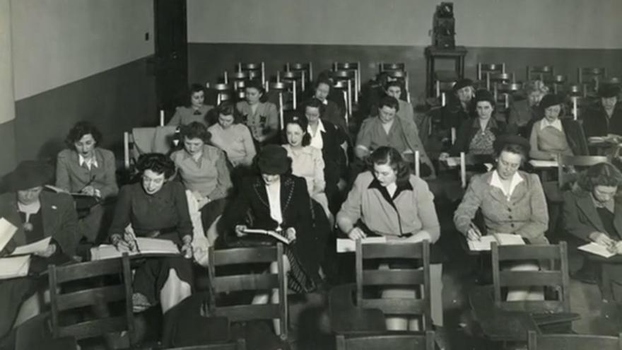 Un grupo de mujeres recibiendo clases de programación durante la Segunda Guerra Mundial