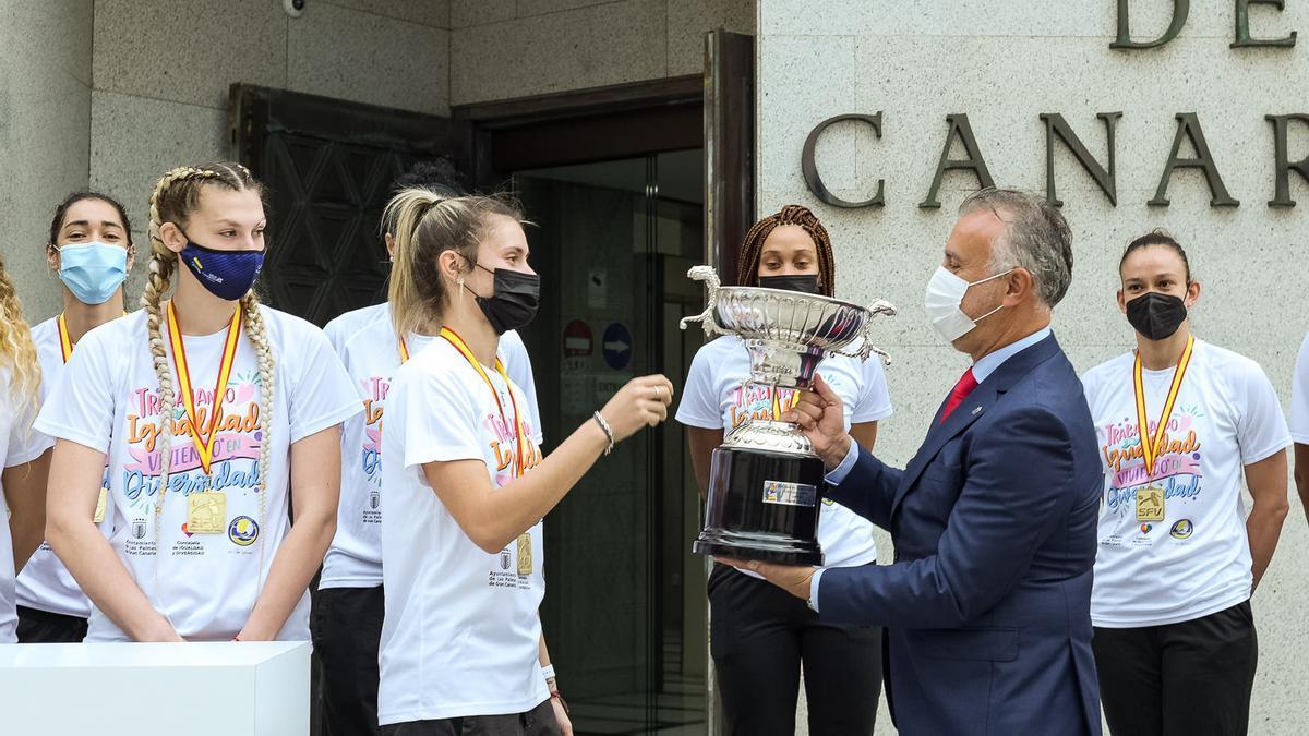 Torres recibe el título de la Superliga Femenina