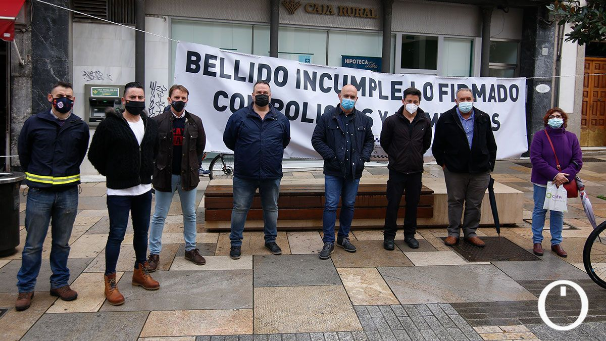 Concentración de los sindicatos de Policía Local y bomberos ante el Ayuntamiento de Córdoba.