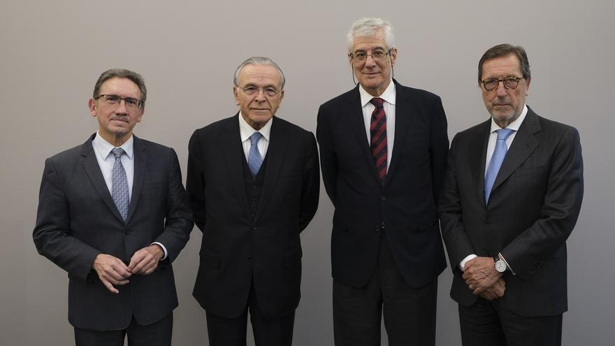 De derecha a izquierda, Antonio Vila, director general entrante de la Fundación Bancaria la Caixa; Juan José López Burniol, vicepresidente de la Fundación; Isidro Fainé, presidente de la Fundación y de CriteriaCaixa, y Jaume Giró, director general saliente.
