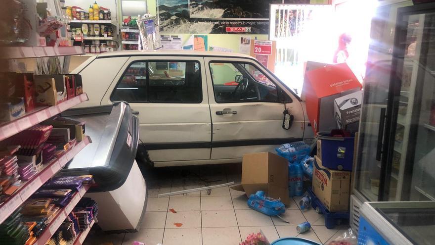Un coche se empotra en un supermercado en Garafía