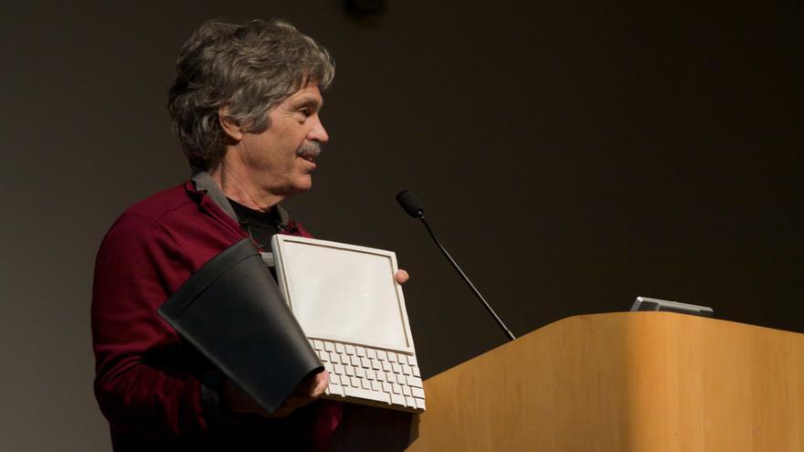 Alan Kay mostrando el prototipo de Dynabook, un dispositivo adelantado a su tiempo