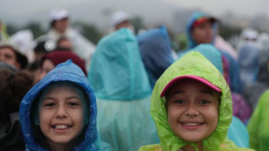 El papa llega a Medellín pero el mal tiempo impide el uso del helicóptero