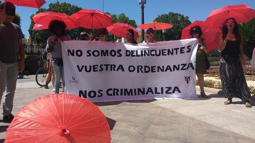 Manifestación frente al Ayuntamiento de Murcia: 'Folláis con nosotras, votáis contra nosotras'