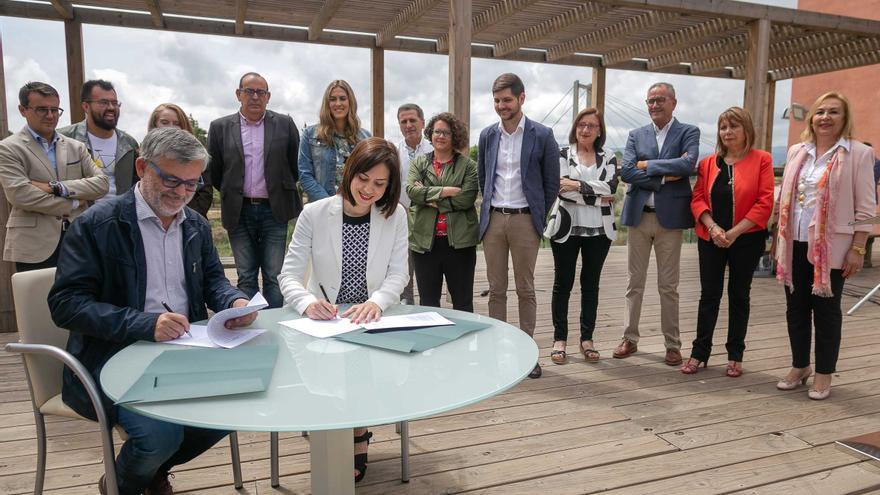 Morant i Alandete signen el pacte de govern en el Mirador del Sepis / Foto Carola Woodward