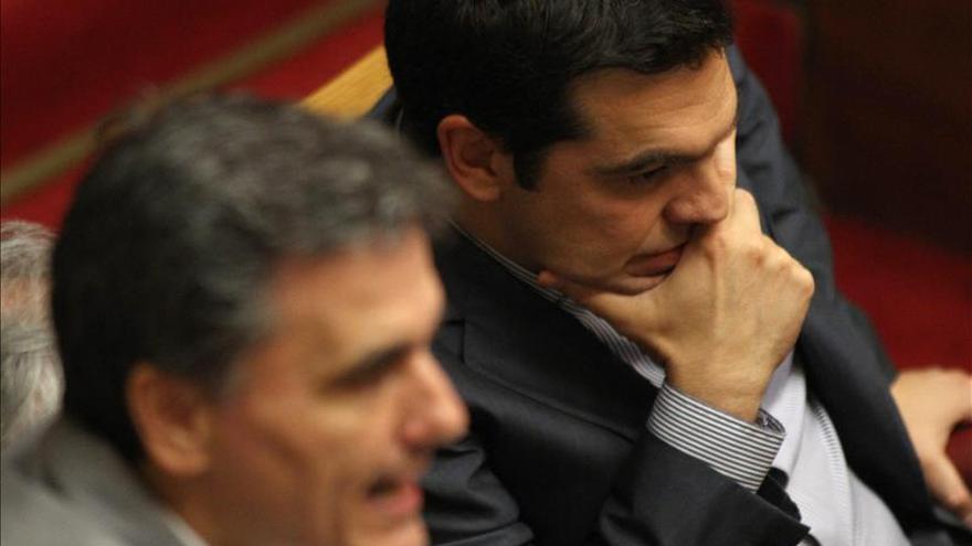 El primer ministro griego Alexis Tsipras (d) junto al ministro de Finanzas Euclid Tsakalotos (i) durante una votación parlamentaria sobre la propuesta de Grecia para sus acreedores. / Efe