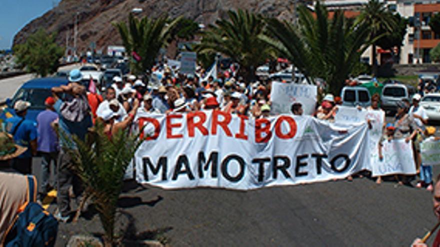 Protesta en Las Teresitas para exigir el derribo del mamotreto