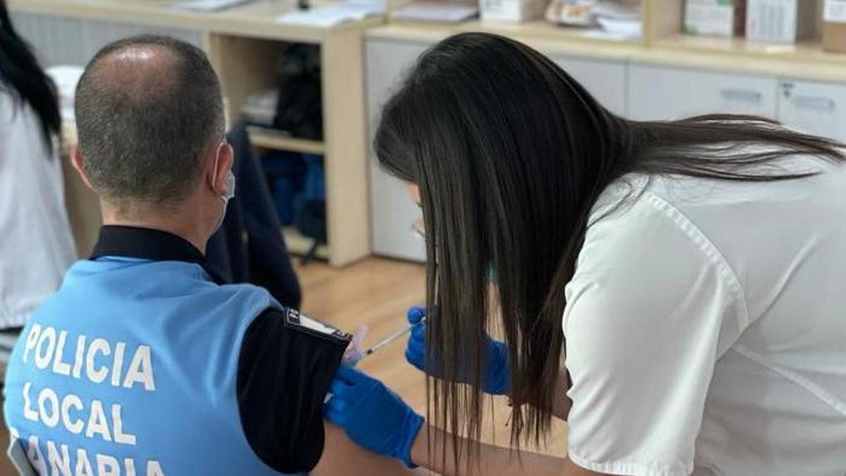 Una enfermera vacuna a un policía local en Canarias