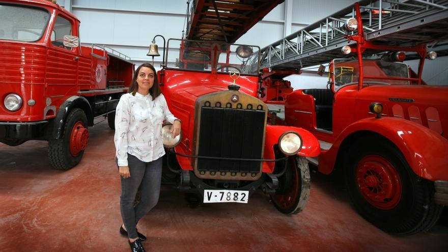 Annaïs Menguzzato con los vehículos históricos de bomberos