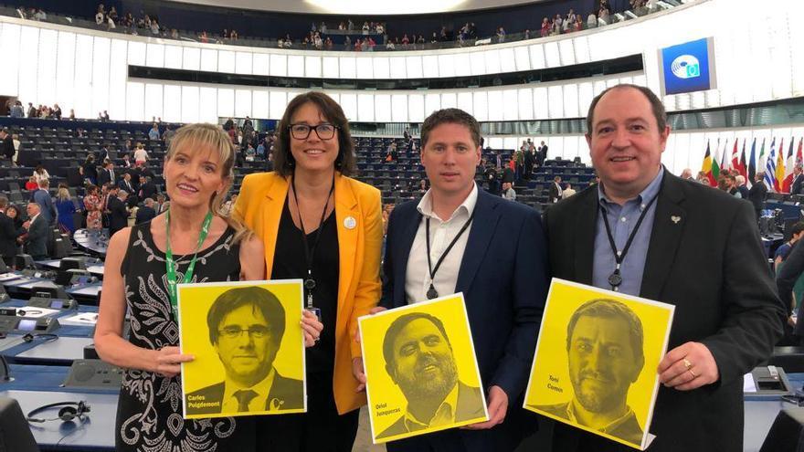 Eurodiputados de Sinn Fein, ERC y Bildu sostienen carteles de líderes independentistas catalanes