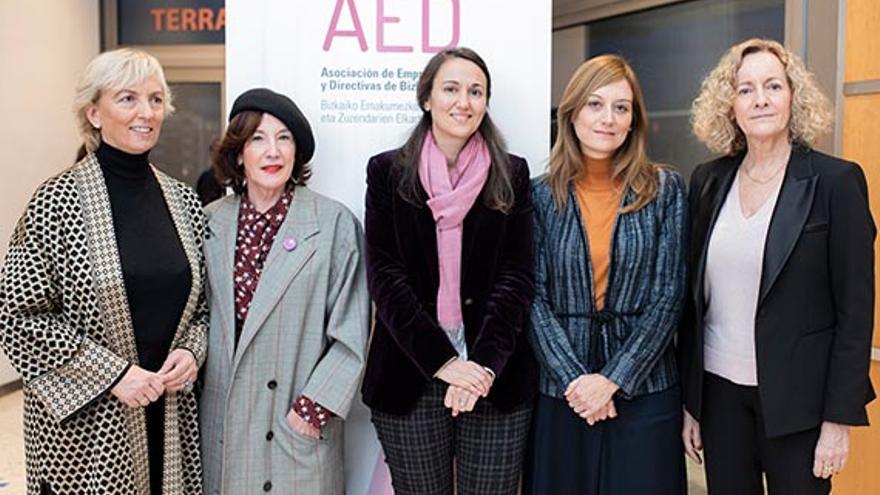 La presidenta de Asociación de Empresarias y Directivas de Bizkaia, Carolina Pérez Toledo, la periodista Nekane Lauzirika, Cristina Murillo, Ana Camacho y la periodista Begoña Marañón.