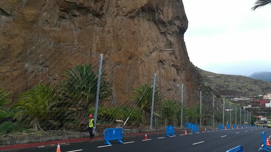 Barrera de protección dinámicas de hasta 7 metros de altura  instaladas en el tramo de la carretera de Bajamar.