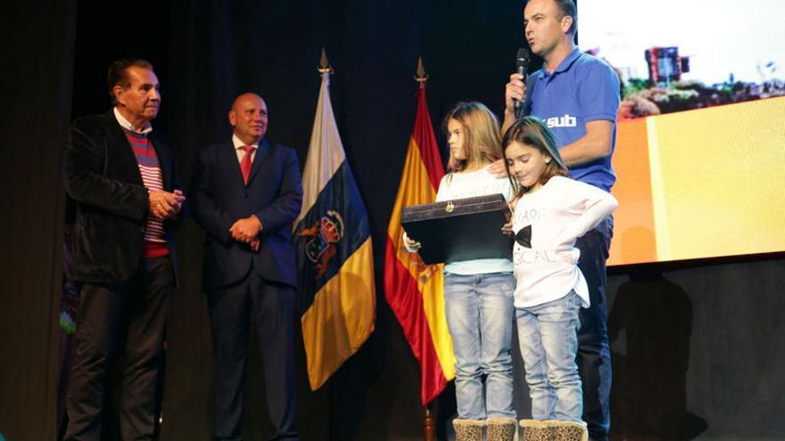 El alcalde de Adeje, José Miguel Rodríguez Fraga, entregó el premio al mejor deportista del año