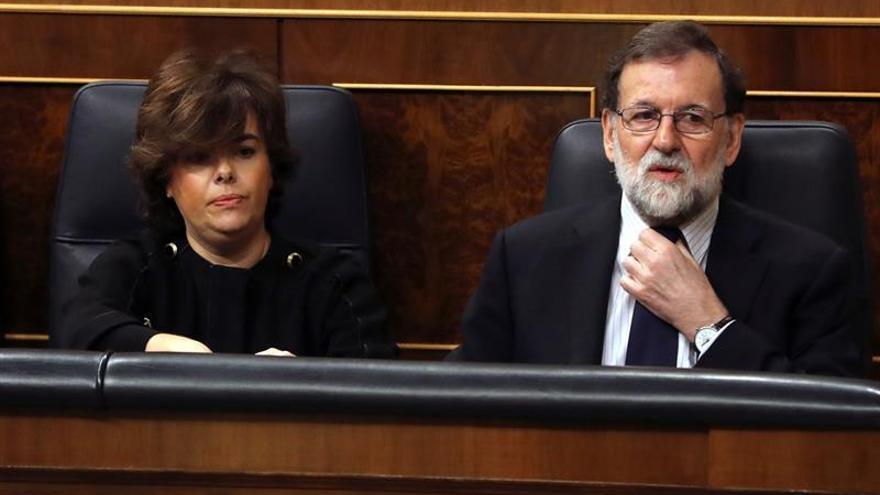 La vicepresidenta, Soraya Sáenz de Santamaría, junto al presidente, Mariano Rajoy, al inicio de la sesión de control al Ejecutivo en el Congreso.