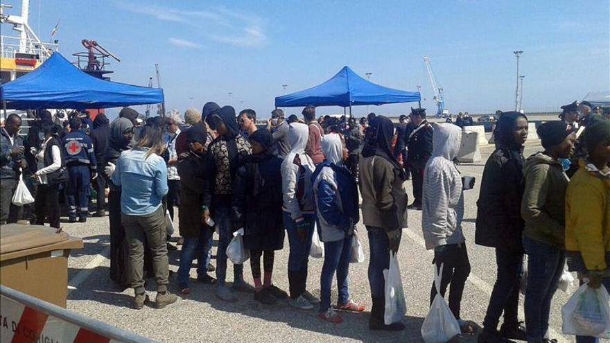 Un grupo de inmigrantes desembarca en el puerto de Corigliano Calabro (Italia) tras el naufragio / EFE