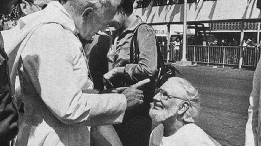 Juan Pablo II amonesta a Ernesto Cardenal
