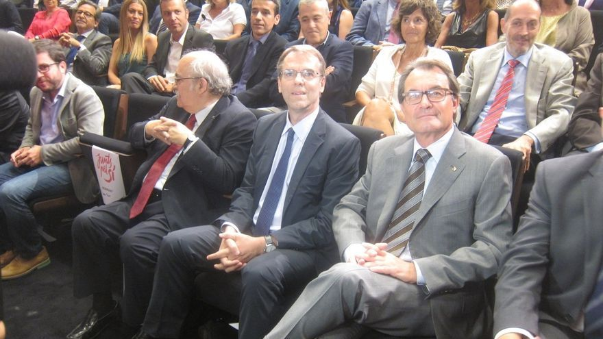 Oriol Amat (centro) con Artur Mas y Andreu Mas-Colell.