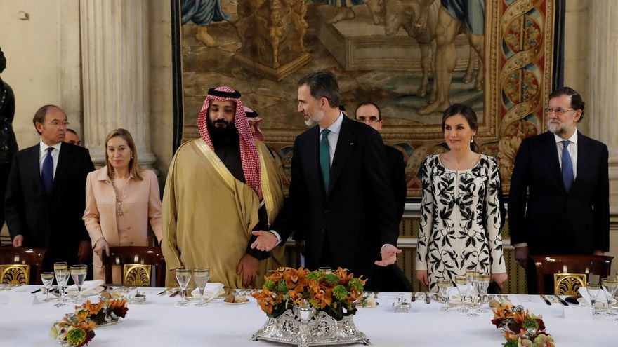 El príncipe heredero saudí Mohammed bin Salman, junto a los reyes Felipe VI y Letizia Ortiz, los presidentes del Congreso y el Senado, Ana Pastor y Pío García-Escudero, y el expresidente del Gobierno, Mariano Rajoy, durante su visita a España