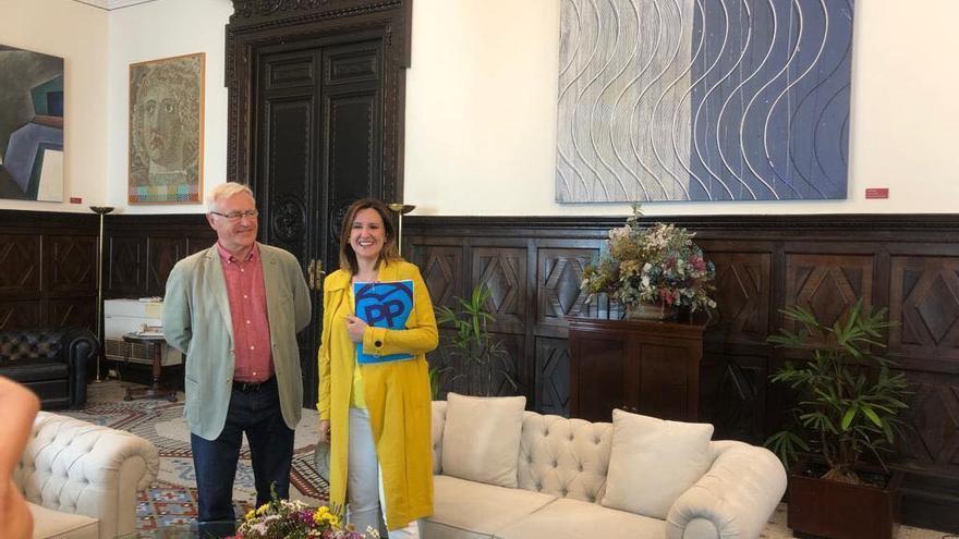 El alcalde de València, con la representante del PP, María José Catalá
