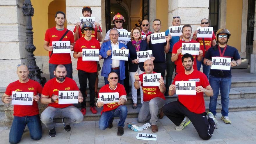 Bomberos municipales en una protesta en la puerta del Ayuntamiento de Badajoz.