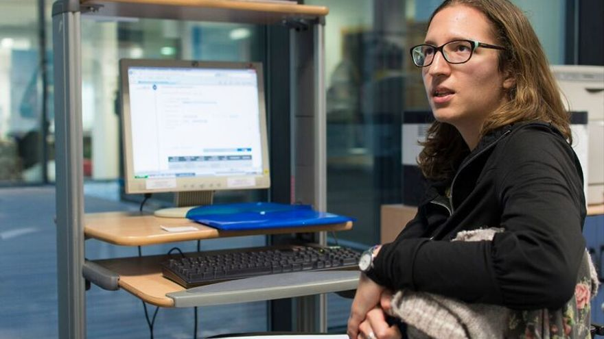 Una de las 700 jóvenes menores de 29 años que han acudido al Centro Regional de Información y Documentación Juvenil de la CC AA de Madrid para inscribirse en el registro web de la Garantía Juvenil / Daniel Rodríguez