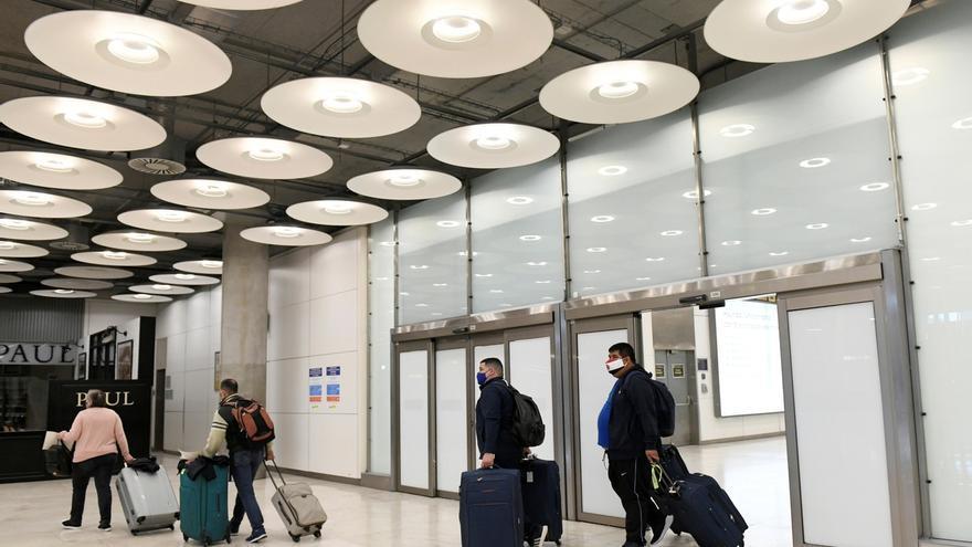 Familias se reencuentran en la terminal 4 del aeropuerto Adolfo Suárez Madrid Barajas.